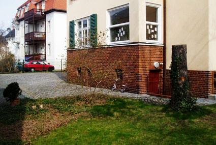 """Der Keller Eingang Mehrfamilienhaus Lahmannring 18a Dresden \""""Zentrum für Jugend, Identität und Kultur\"""" und die Redaktion der â��Blauen Narzisseâ��"""